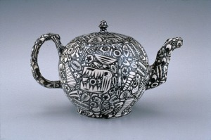 Teapot Staffordshire, ca. 1760. White stoneware with enamel and salt glaze. Chipstone Foundation. Photo: Gavin Ashworth